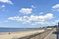 与蓝天和云彩的海景 库存图片