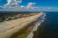 与蓝天和云彩的空中圣奥斯丁海滩FL美国大西洋天际 图库摄影