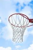 与蓝天和云彩的篮球目标 免版税库存照片