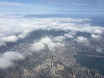 与蓝天和云彩的美好的城市视图,平面窗口外,当朝向对日本时 免版税库存图片