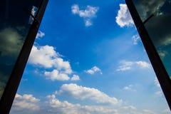 与蓝天和云彩的被打开的窗口 免版税库存图片