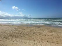 与蓝天和云彩的西西里岛海滩 免版税库存照片