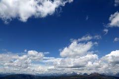 与蓝天和云彩的高山峰顶 免版税库存图片