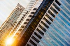 与蓝天和云彩的高玻璃现代大厦在日落为 免版税库存照片