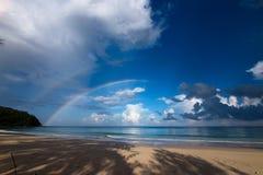与蓝天和彩虹在古达,沙巴婆罗洲,东马来西亚的美丽的海滩 库存照片