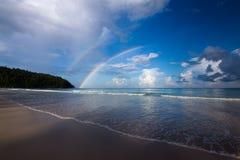 与蓝天和彩虹在古达,沙巴婆罗洲,东马来西亚的美丽的海滩 免版税库存照片