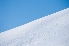 在山腰的滑雪足迹 免版税库存照片