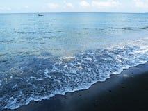 与蓝天和波纹的海水风景 与小船的海滨视图 免版税库存照片