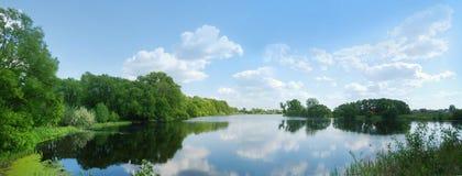 与蓝天和湖的美好的contryside视图 图库摄影