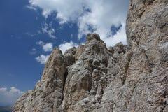 与蓝天和被驱散的白色云彩的山风景 库存照片