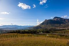 与蓝天和金黄庄稼的Imbabura火山 图库摄影
