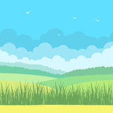 与蓝天和领域的自然风景 免版税库存图片