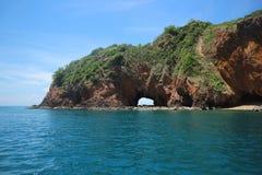 与蓝天海岛海风景的酸值Talu 免版税库存照片