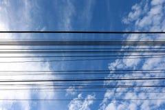 与蓝天白色云彩的电缆 免版税库存图片