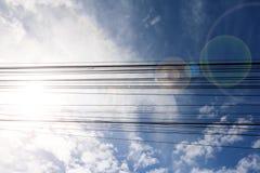 与蓝天白色云彩的电缆 库存图片