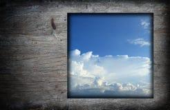 与蓝天白色的老木框架覆盖图象 库存图片