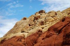 与蓝天的一座五颜六色的山在红色岩石峡谷在拉斯维加斯,内华达 免版税库存图片