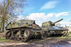 与蓝天的两辆军事坦克 免版税库存照片