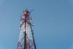 与蓝天的中继器远通讯台在背景 手机塔 免版税库存图片