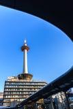 与蓝天的京都塔在日本 免版税库存图片