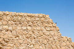 与蓝天的古老堡垒墙壁纹理 免版税图库摄影