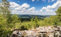 与蓝天的夏天风景从石观点 库存图片