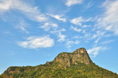 与蓝天的山。 免版税库存图片