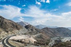 与蓝天的山在沙特阿拉伯 免版税库存照片