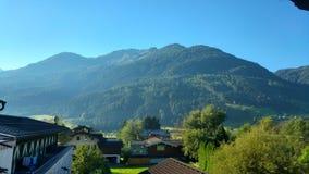 与蓝天的山 库存照片