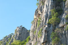 与蓝天的岩石moutain 库存照片