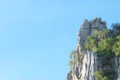 与蓝天的岩石moutain 库存图片