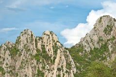 与蓝天的岩石moutain 免版税库存图片