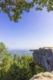 与蓝天的峭壁 免版税库存照片