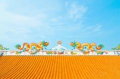 与蓝天的巨型金黄中国龙 免版税库存照片