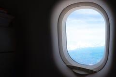 与蓝天的平面窗口视图 免版税库存照片