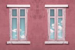 与蓝天的意大利样式窗口 免版税图库摄影