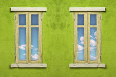 与蓝天的意大利样式窗口 免版税库存照片