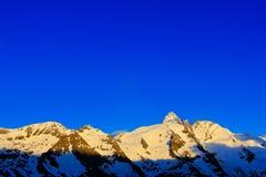 与蓝天的早晨轻的山没有云彩 山在阿尔卑斯 山风景在冬天 大格洛克纳山ountain 免版税库存照片