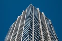 与蓝天的普通公司办公室大厦 库存照片