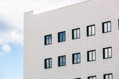 与蓝天的普通大厦 库存图片