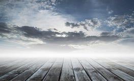 与蓝天的木地板 免版税库存照片