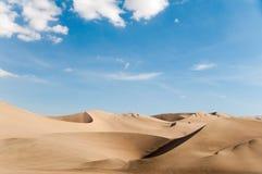 与蓝天的沙丘 库存图片