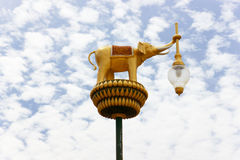 与蓝天的泰国样式光柱子 库存图片