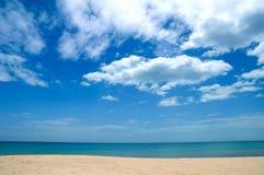 与蓝天的海天线 库存照片