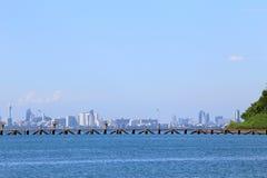 与蓝天的海海滩和云彩和山在芭达亚 免版税库存照片
