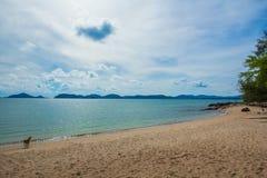 与蓝天的海海滩 免版税库存图片