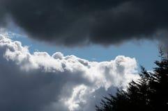 与蓝天的滚滚向前的灰色白色云彩 多暴风雨的天气 免版税库存照片