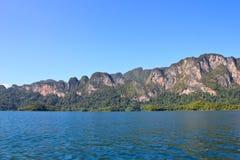 与蓝天的灰岩山在Ratchaprapa水坝 库存照片
