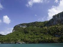 与蓝天的热带海岛背景 免版税图库摄影