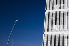 与蓝天的现代大厦在背景中 免版税库存照片